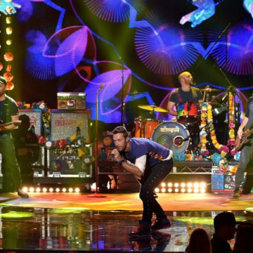 22nov2015—coldplay-apresenta-nova-cancao-adventures-of-a-lifetime-pela-primeira-vez-ao-vivo-no-palco-do-american-music-awards-2015-1448279258851_1920x1310