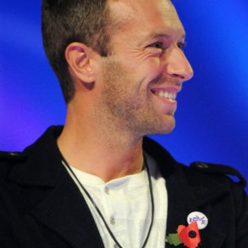 "Chris Martin surprises a ""Teen Hero"" with a signed guitar at the Radio 1 Teen Awards! UK"