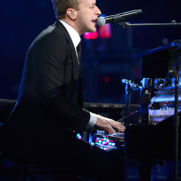 Chris-Martin-performed-12-12-12-Robin-Hood-Relief-Fund-concert